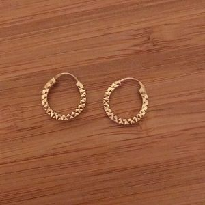 Diamond-cut yellow gold continuous hoops